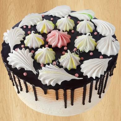 Торт украшенный меренгами