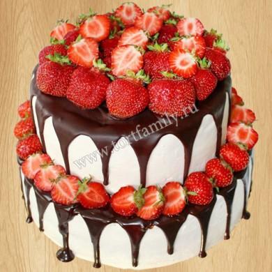 Торт с шоколадными подтеками и клубникой