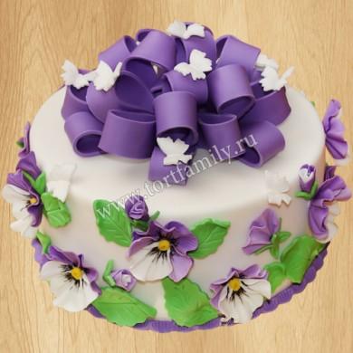 Торт с анютиными глазками и бабочками