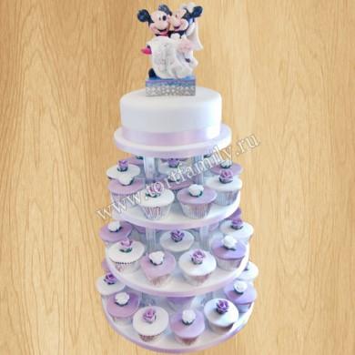 Торт с капкейками на подставке