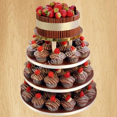 Свадебный торт с капкейками и клубникой
